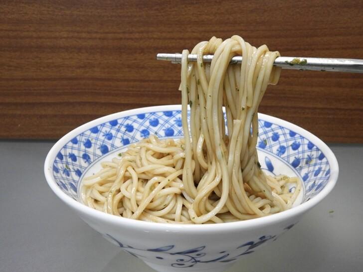 準備享用這碗老媽拌麵的蔥油開洋拌麵